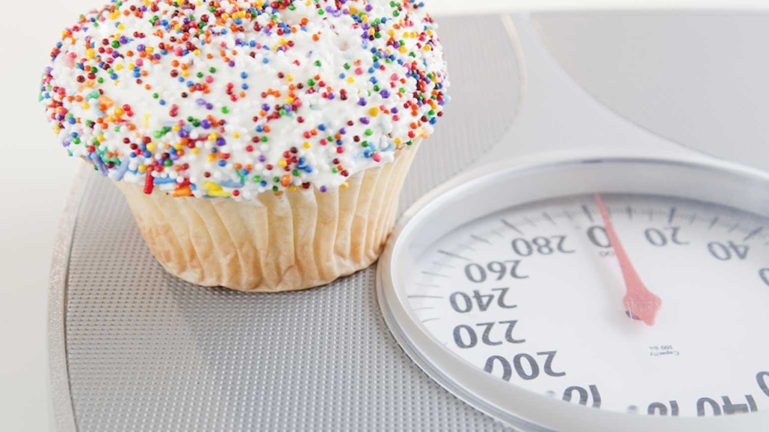 Cupcake on a scale. Photo: Thinkstock.