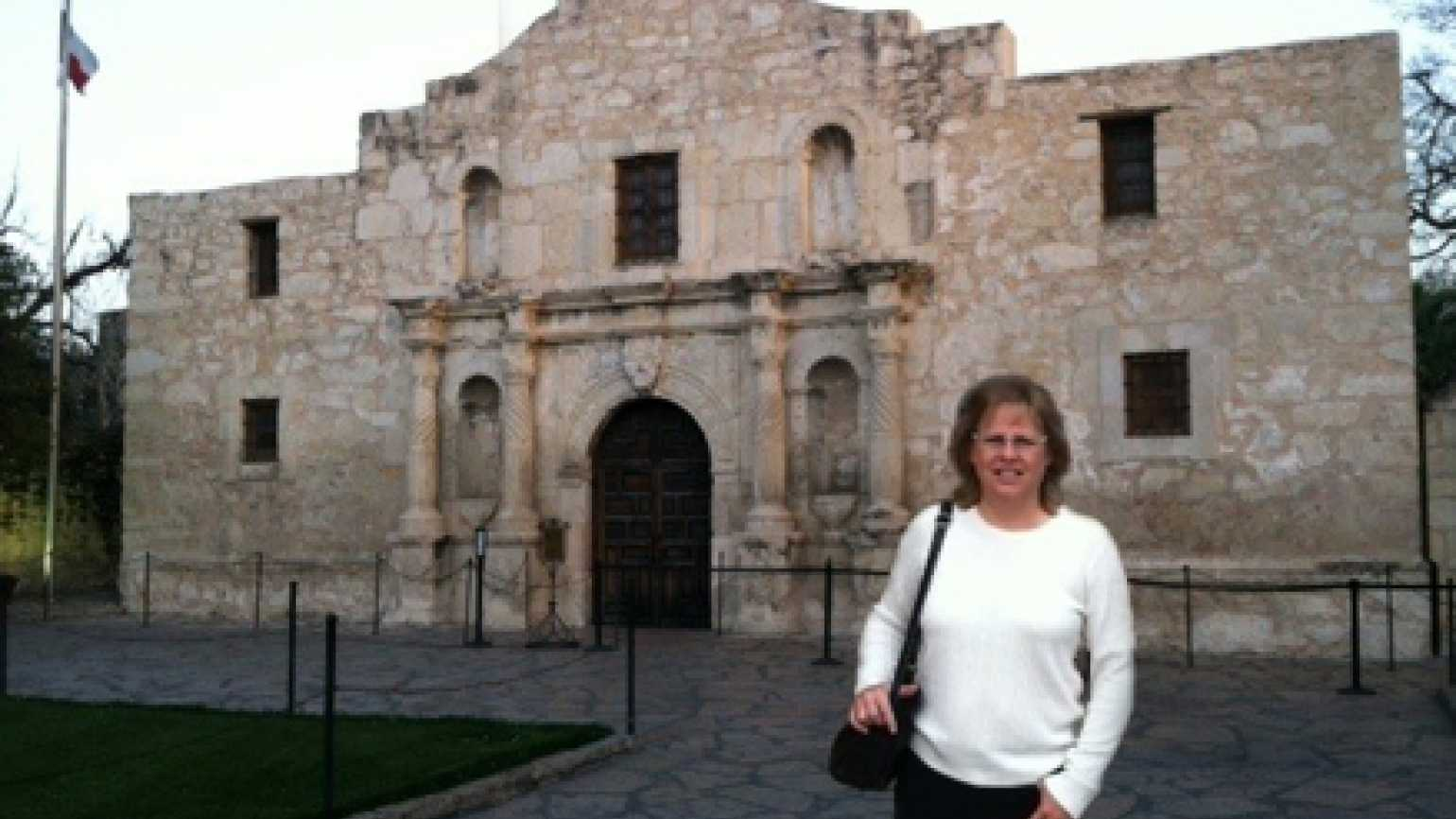 Author Janelle Mowery in front of the Alamo