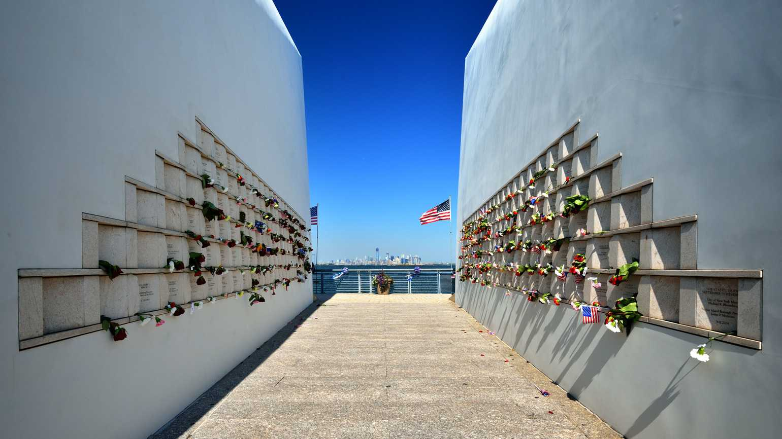 Post Cards 9-11 memorial on Staten Island in New York City (Alamy)