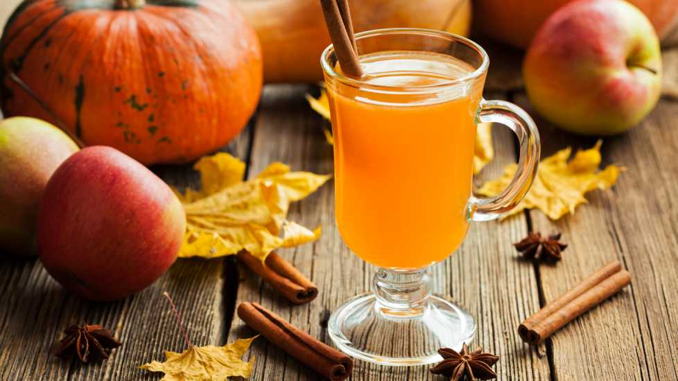 Hot apple cider healthy traditional winter Christmas or thanksgiving holiday (Getty)