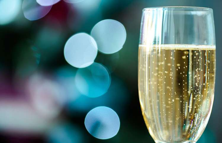 Russia celebrates New Year's with champagne