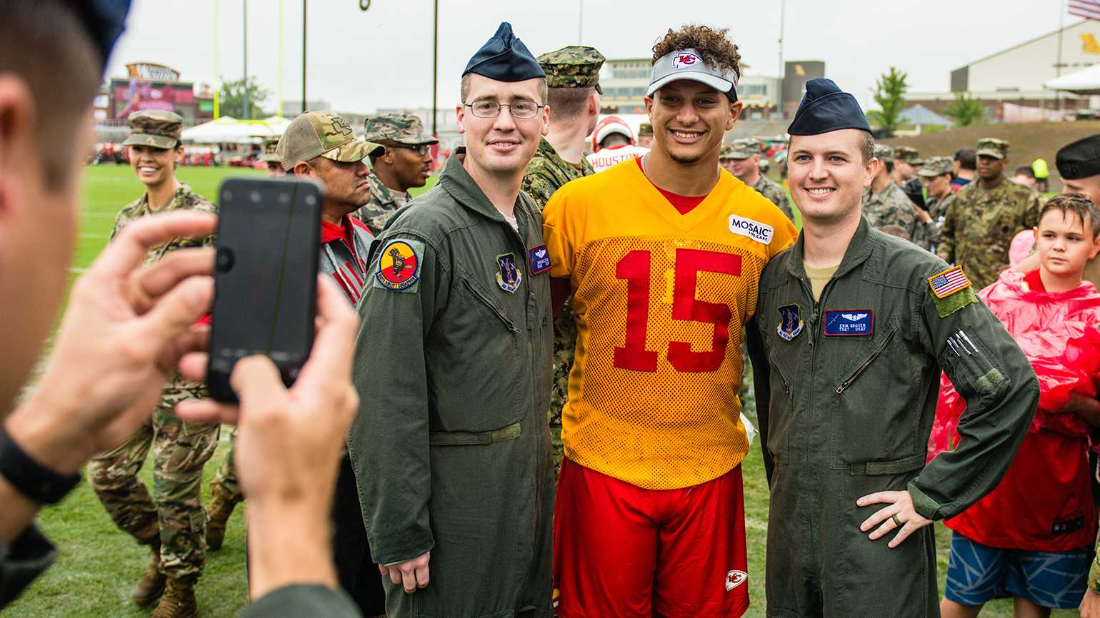 Members of the 139th Airlift Wing, Missouri Air National Guard pose with Patrick Mahomes on 08/14/19