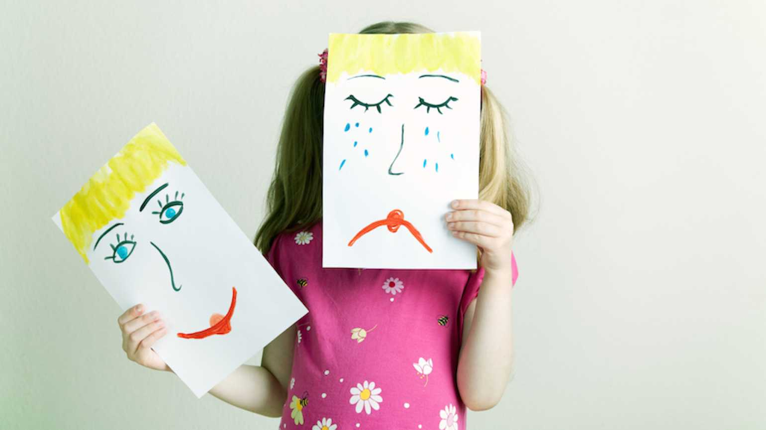 Little girl holding up a frown sign. Thinkstock.