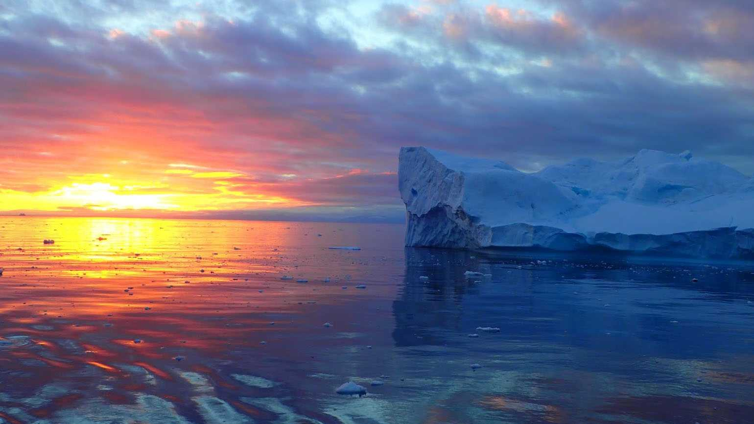 A brilliant sunset in the South Pole.