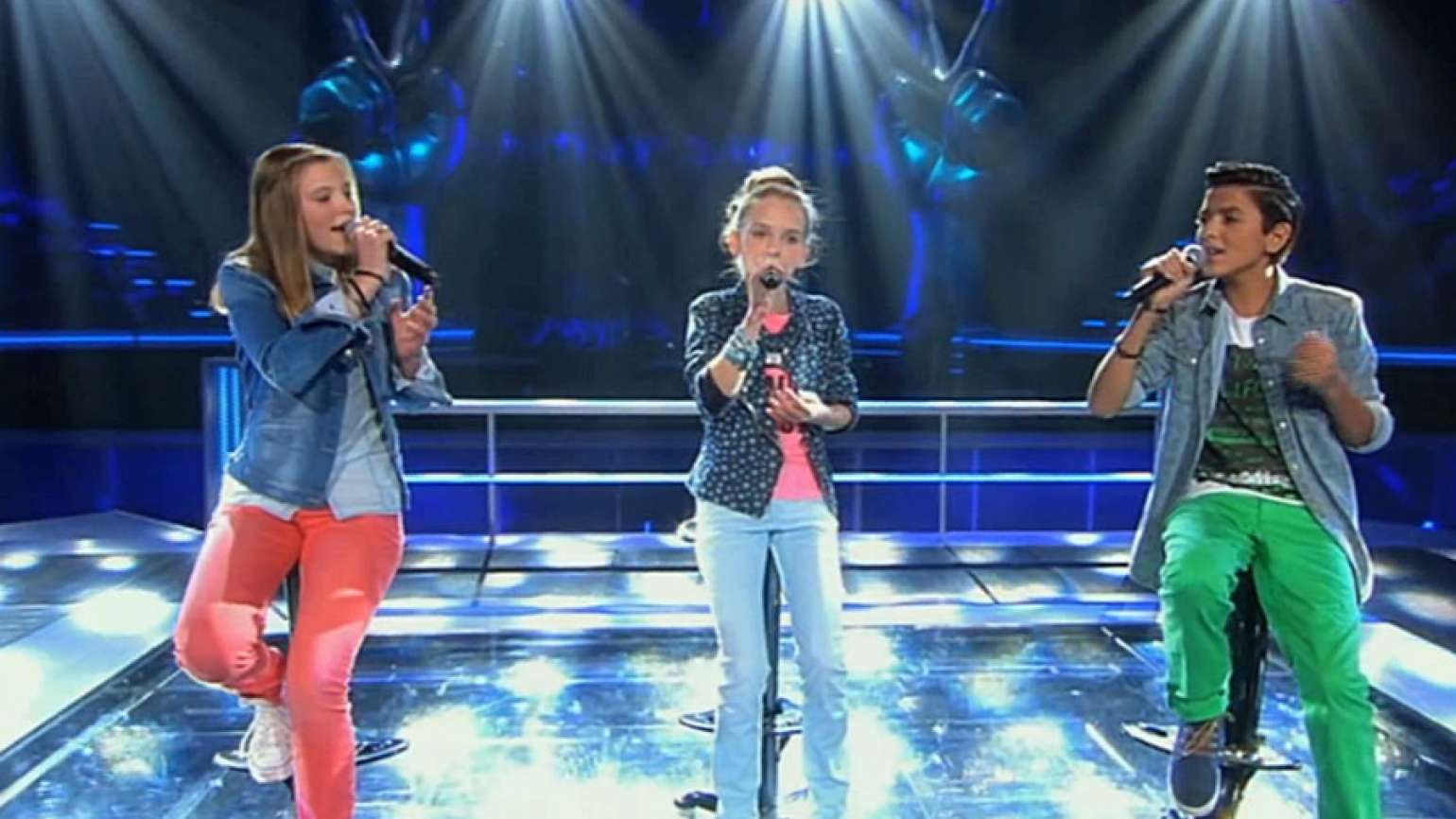 Three contestants sing on The Voice Kids